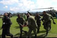 Evacuación de los heridos en combates en Ituango, Antioquia.
