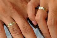 Hombre le robó el anillo de compromiso de su pareja para pedirle matrimonio a otra