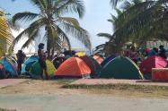 Los migrantes varados en Necoclí, Antioquia, permanecen a orillas de las playas del municipio.