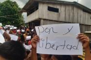 Niños y adultos indígenas piden protección y seguridad.