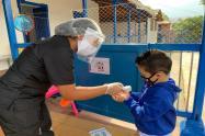Los niños son desinfectados antes de ingresar a las sedes de Buen Comienzo.