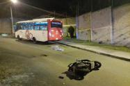 Murió motociclista al chocar contra un bus en el barrio Robledo de Medellín