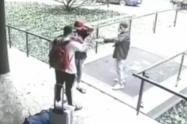 [Video] Con pistola en mano, un ladrón robo $10 millones a dos extranjeros en Medellín