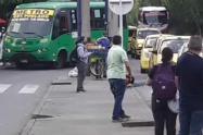 [Video] Un hombre sacó una motosierra en acopio de taxis del barrio El Poblado de Medellín