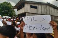 Con estos mensajes, los indígenas de Alto Baudó piden el cese de la violencia en sus territorios.