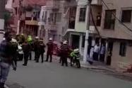 [Video] En otra asonada, cogieron a batazos a la policía en el barrio Brasilia en Medellín