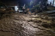 En Dabeiba, las calles quedaron inundadas por el desbordamiento de una quebrada.
