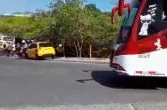 [Video] Taxista intentó arrollar a dos agentes de transito por un comparendo