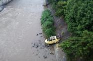 Taxista perdió el control y se fue al río Medellín