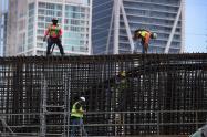 Obreros trabajan en construcción en Miami