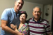 Ricardo Yepes Pérez con su mamá, Ligia, y su papá, Pedro Nel.