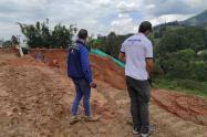 El derrumbe generó un leve represamiento sobre el río Medellín, indicaron las autoridades