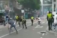 Policías en medio de manifestaciones