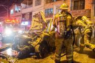 Dos personas lesionadas dejó un incendio de un vehículo en Bello