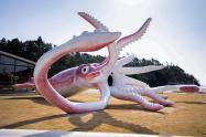 Japón - dinero del covid en estatua de calamar