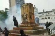Cató la estatua de Antonio Nariño en Pasto