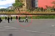 La mujer fue agredida con una patada por la espalda.