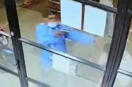 Video] Delincuente le puso el arma en el rostro a su víctima para robar en farmacia del barrio Laureles