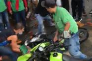 Video] Destruyen la moto a fleteros cascados en Bello, Antioquia