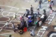 [ Video] Varios menores de Medellín simulan con escudos enfrentamientos con la policía