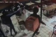 [Video] Dos falsos domiciliarios realizaron un atraco masivo en un restaurante