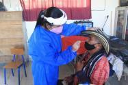 Toma de pruebas a campesinos desplazados en Ituango, Antioquia.