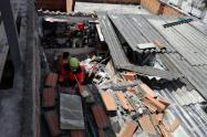 Muro cayó a techo de una vivienda