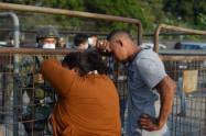 Familiares de presos luego del motín en cárcel de Ecuador