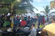 La mayoría de los migrantes duermes en carpas en las playas.