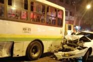 El vehículo colisionó contra dos buses y dos motocicletas.