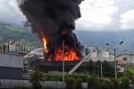 Bomberos controlan voraz incendio en una empresa de pinturas en Girardota, Antioquia