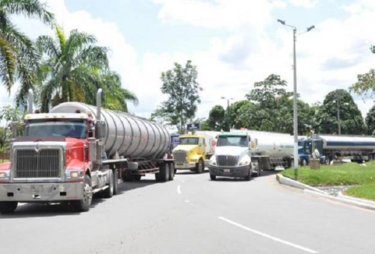 Los transportadores reclaman también por el costoso peaje en La Lizama, Barrancabermeja.