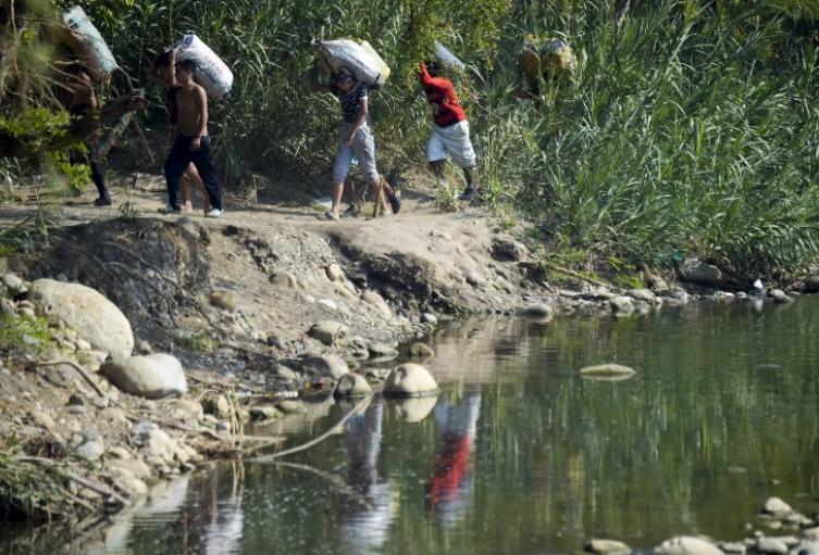 Venezolanos atraviesan la frontera con Colombia a través de trochas