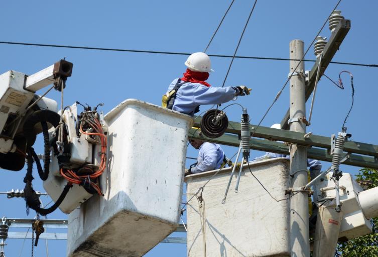 Operarios de la Electrificadora de Santander adelantan la reparación de la red.