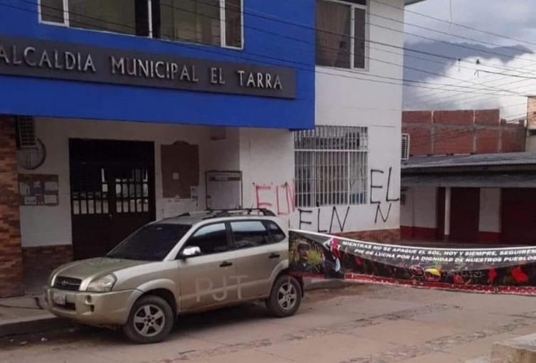 Vehículo instalado frente a la alcaldía de El Tarra