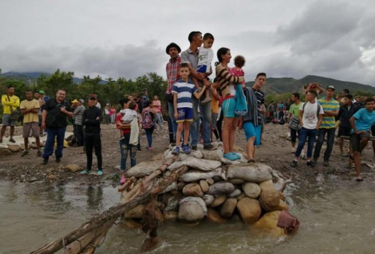 Migrantes llegando a Colombia a través de trochas ilegales