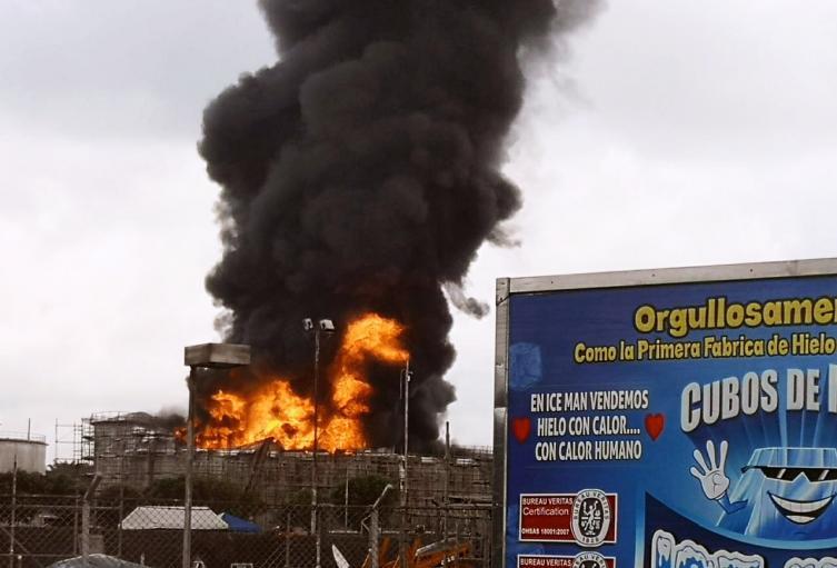La comunidad pidió que la autoridad ambiental ejerza control sobre la contaminación que genera la refinería.