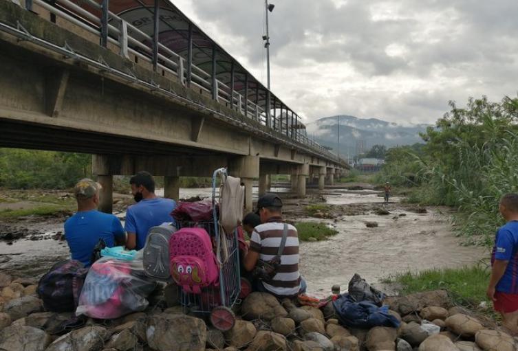 Familia venezolana busca pasar a Venezuela