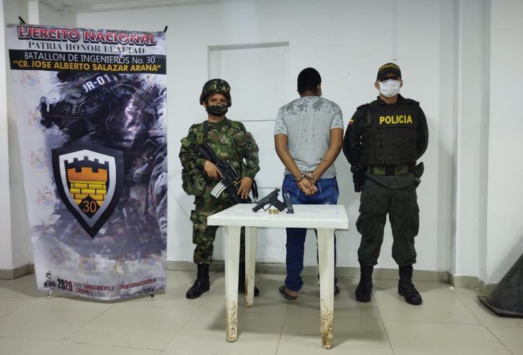 en el Municipio de Tibú capturan un hombre portanndo arma ilegal.
