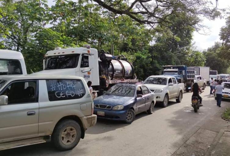 Vehículos parados en la vía Cúcuta-Tibú