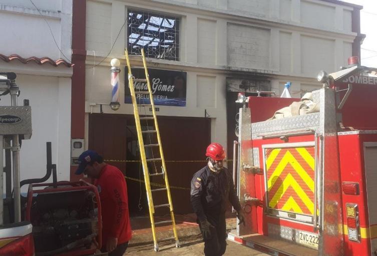 Al parecer un cortocircuito con las instalaciones navideñas generaron el fuego.