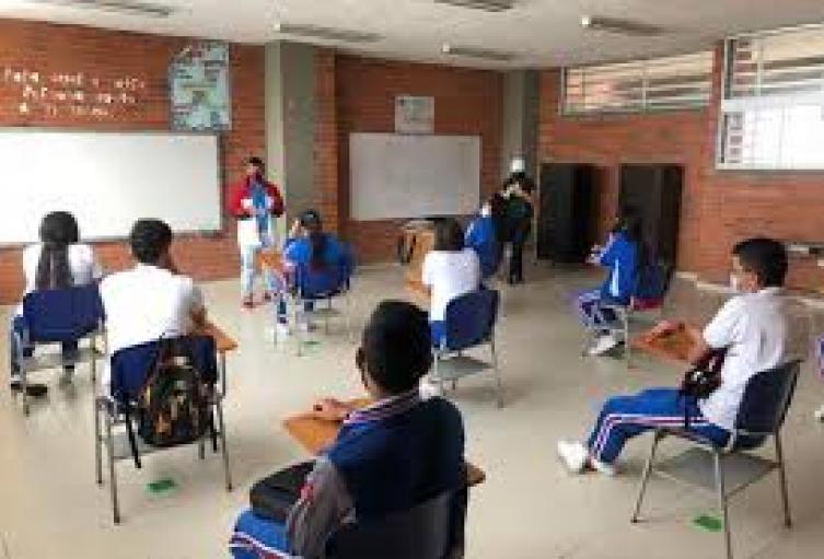 Niños estudian