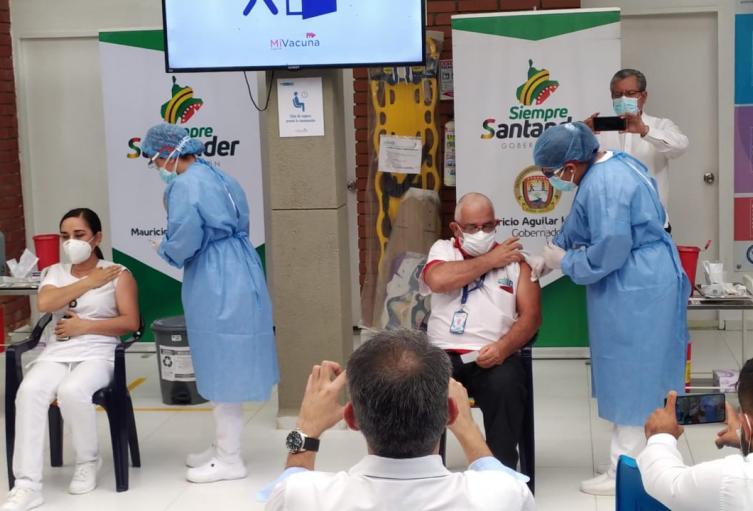 Debemos confiar en la vacuna: Médico vacunado en Bucaramanga