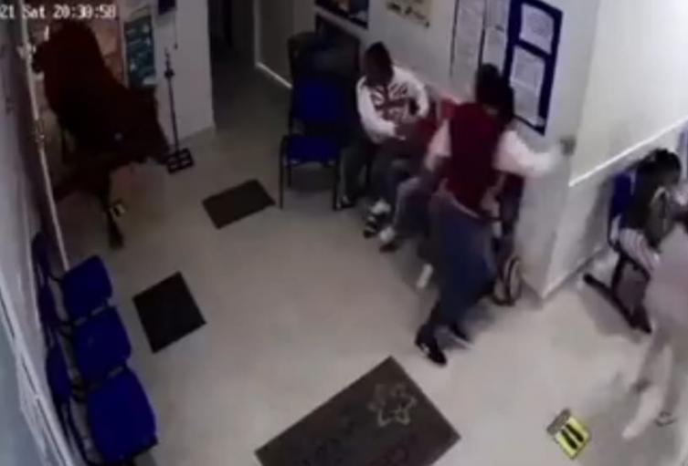 [Video] ¡Insólito! Una vaca se metió a un hospital y embistió a personas en San Luis, Antioquia