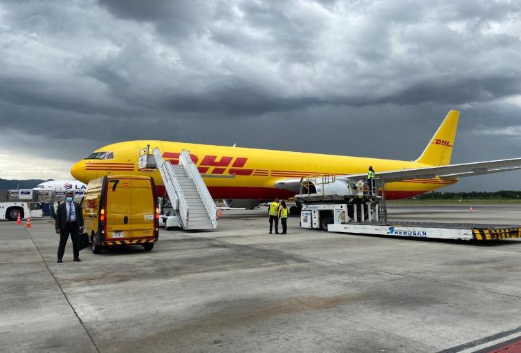 Llegada del primer lote de vacunas contra covid-19 al aeropuerto El Dorado
