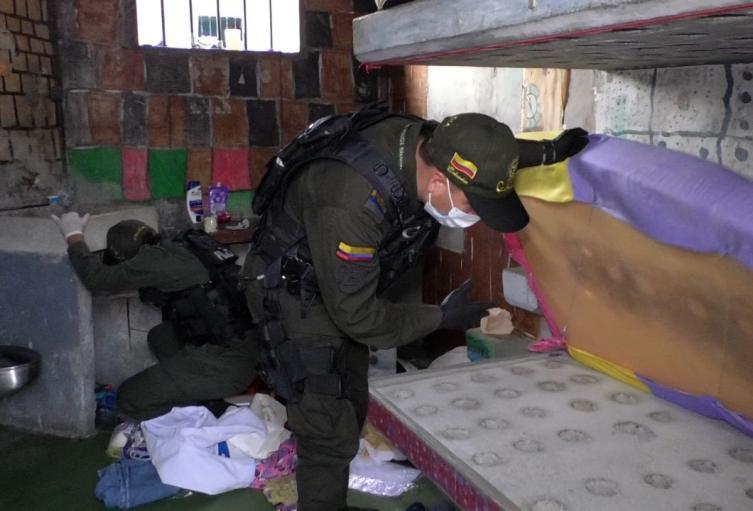 Armas cortopunzantes, teléfonos celulares y equipos de comunicación fueron hallados en el operativo.