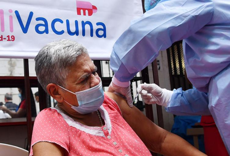 Piden avanzar con la vacunación de adultos mayores de 80 años.