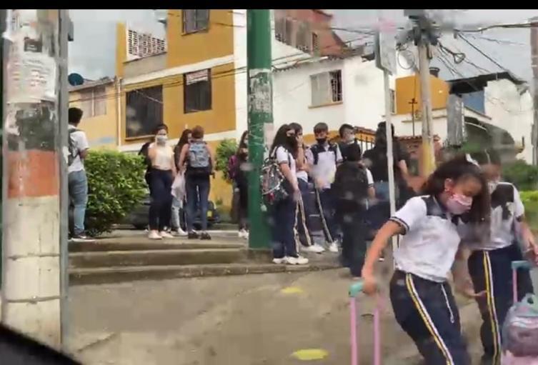 Video: pese a restricciones decretadas, denuncian aglomeraciones en un colegio de Floridablanca
