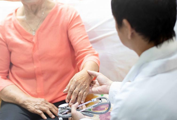 Anciana en revisión médica