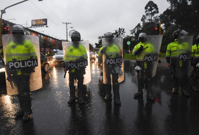 Uniformados de la Policía de Colombia en medio de las protestas.